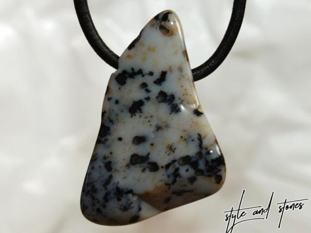 Dendritic agate on cord